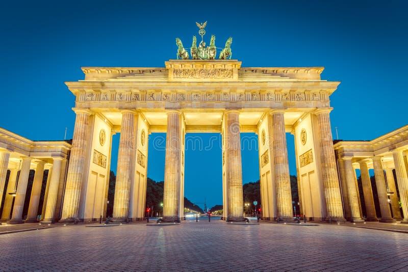 Brandenburger Tor Brandenburg Gate en crepúsculo durante hou azul fotos de archivo