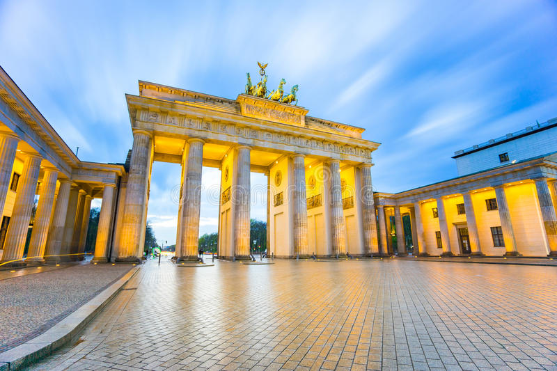 Brandenburger Tor (den Brandenburg porten) i Berlin Germany på natten arkivbilder