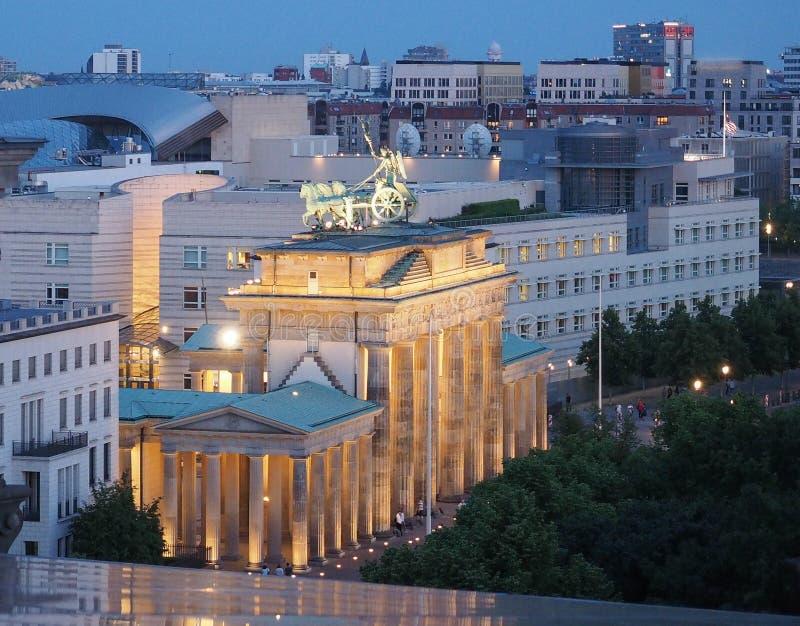 Brandenburger Tor (den Brandenburg porten) i Berlin p? natten royaltyfria bilder