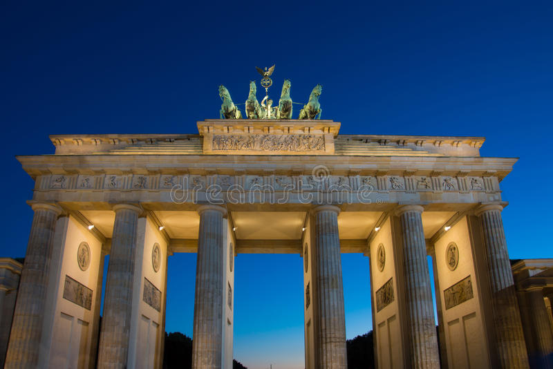 Brandenburger Tor - den Brandenburg porten i den Berlin natten sköt - Trav arkivbild