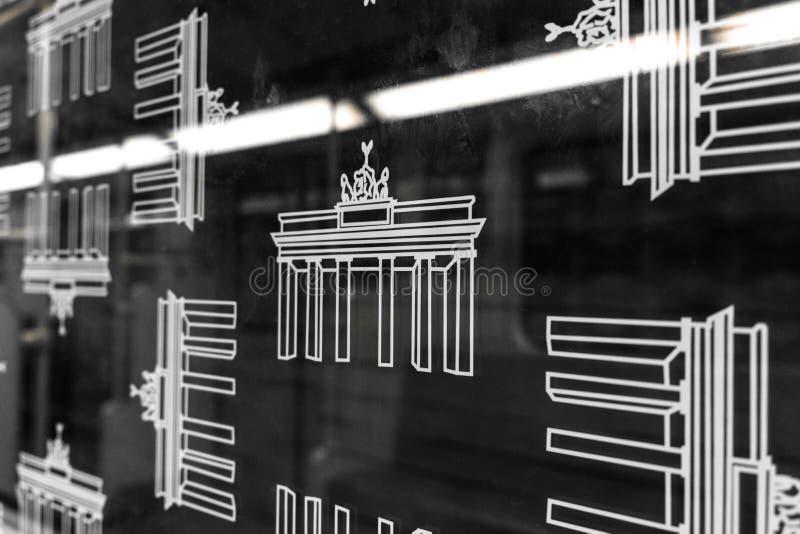Brandenburger Tor Ikonen auf BVG-Untergrundbahn U-Bahnfenster lizenzfreie stockfotografie