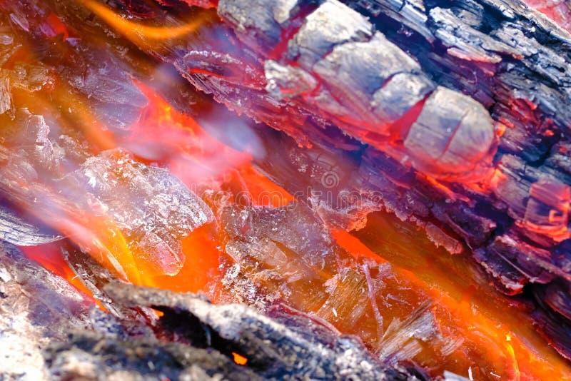Brandend aan het grondhout, sluit omhoog mening stock foto