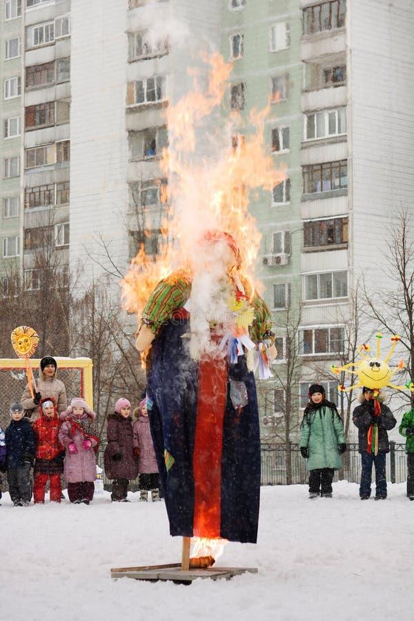 Brandend beeltenis Maslency De wintersneeuw Wij zien de winter, ontmoeten wij de lente stock fotografie