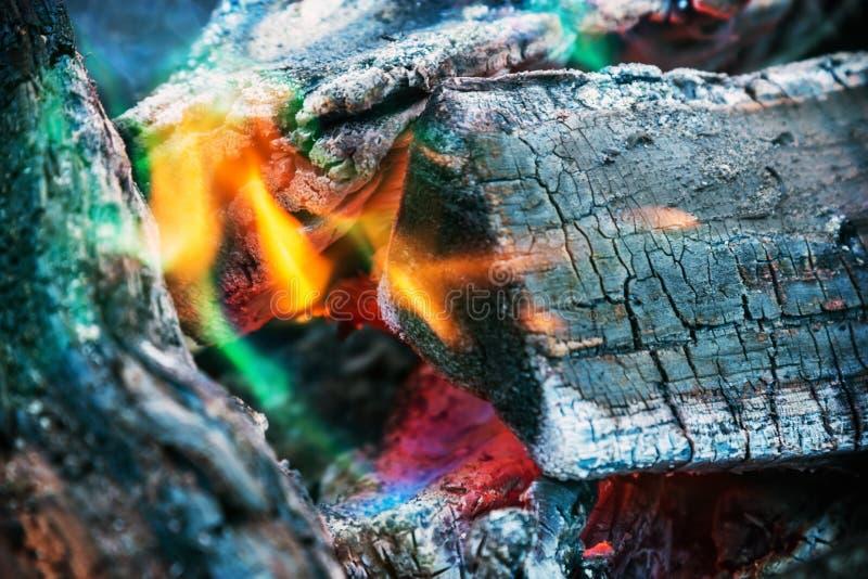 Brandend brandhout in een open haard of een brand royalty-vrije stock afbeelding