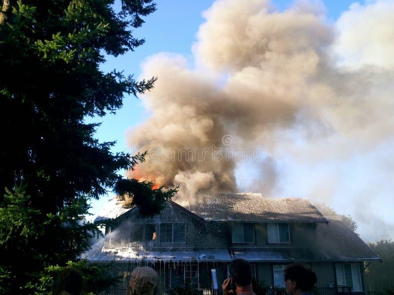 Brandend huis stock fotografie