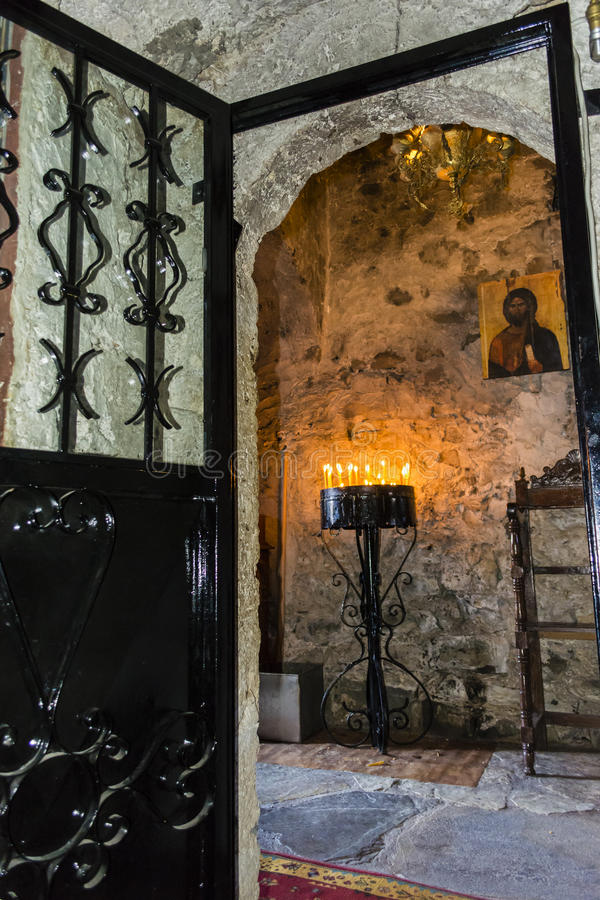 Brandend Kaarsen binnen Gestenigd Klooster royalty-vrije stock foto's