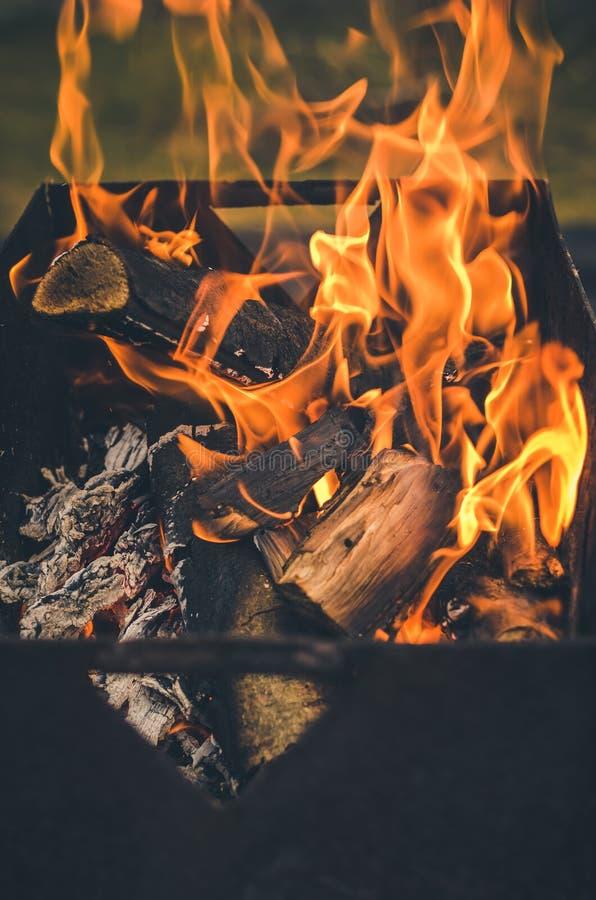 Brandend koperslager met brandhout/brandhout in de grill wordt gebrand die stock foto's