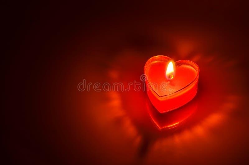 Brandend rood kaarshart stock afbeeldingen