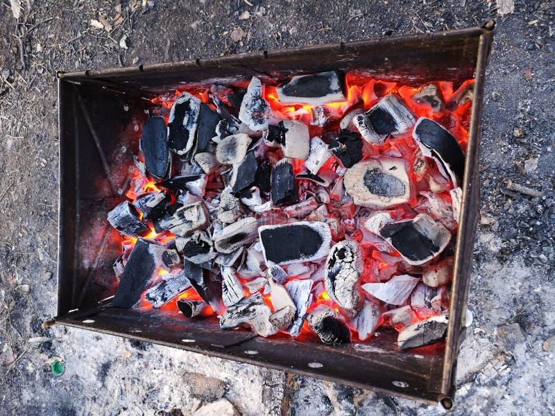 Brandend steenkolen en brandhout op de grillrooster Voorbereiding van steenkool voor barbecue in de open grill Het concept van royalty-vrije stock foto's