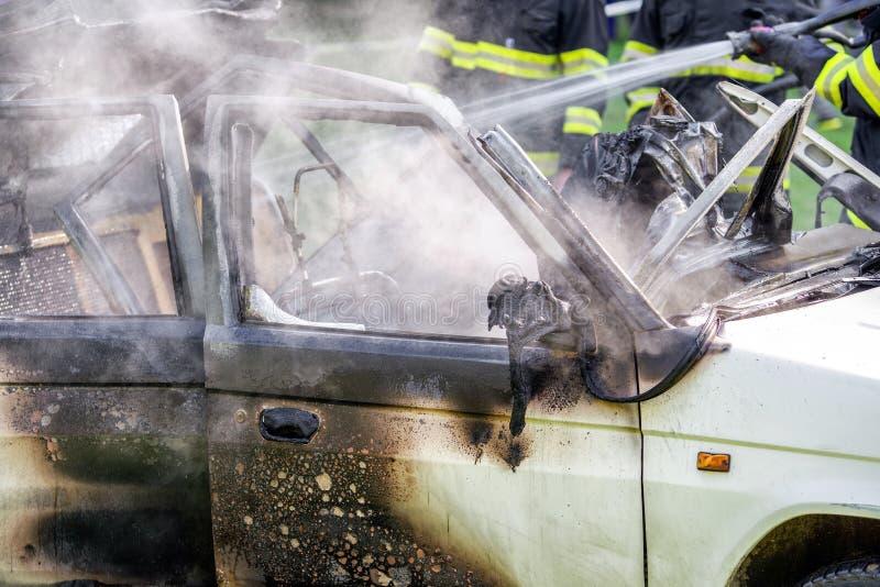 Brandende auto na ongeval royalty-vrije stock afbeelding