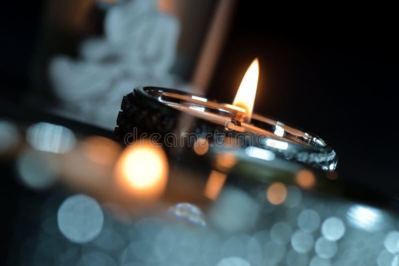 Brandende groen en rode kaarsen stock fotografie