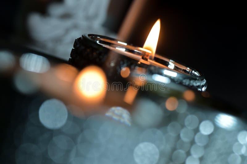 Brandende groen en rode kaarsen royalty-vrije stock foto's