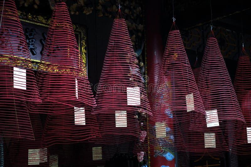 Brandende hangende wierookrollen stock afbeelding
