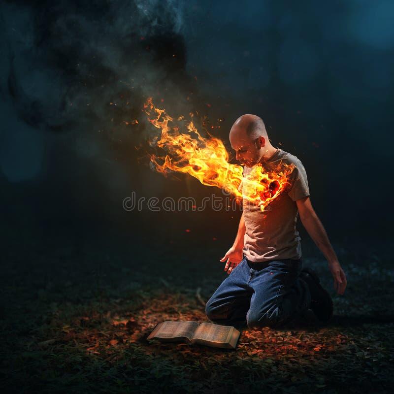 Brandende hart en Bijbel royalty-vrije stock foto's