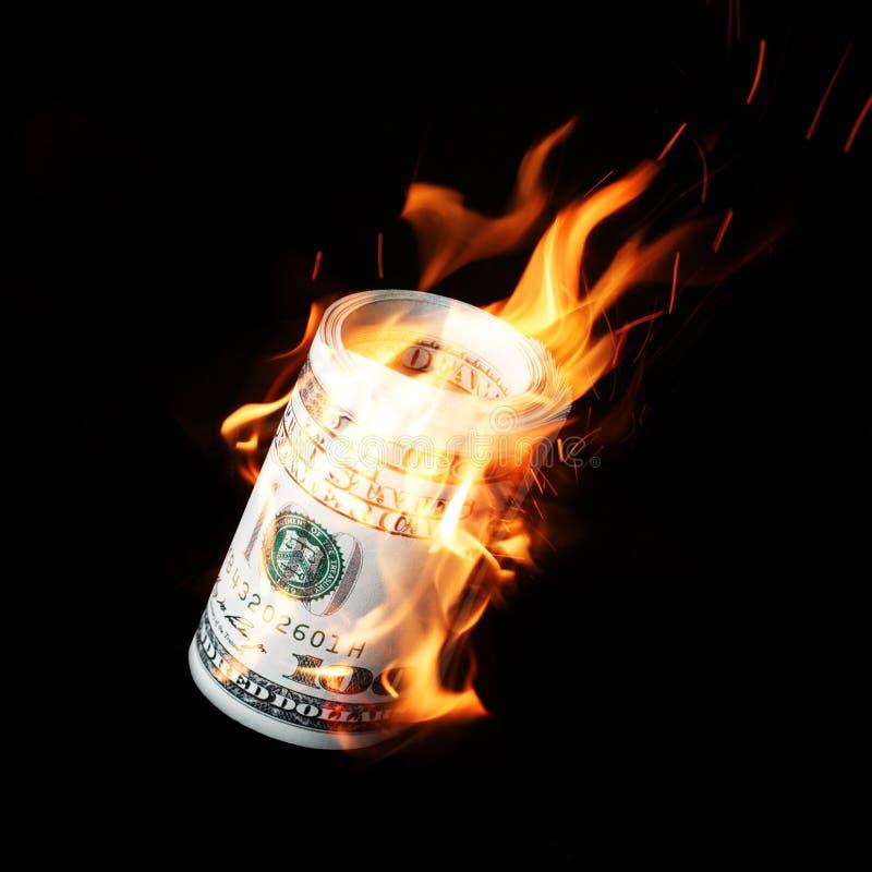 Brandende honderd gerolde dollarsrekeningen royalty-vrije stock foto's