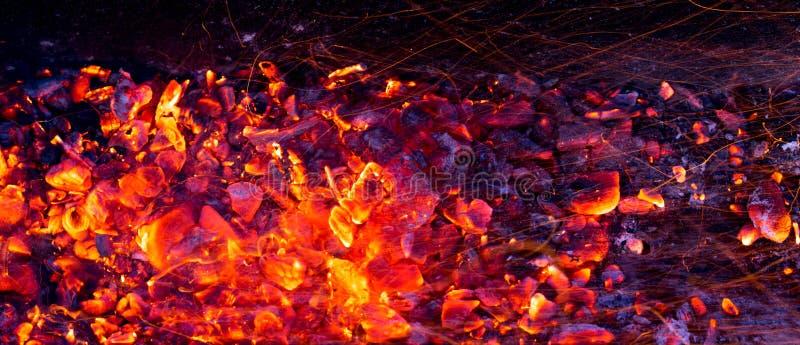 Brandende houtskool als achtergrond stock afbeelding