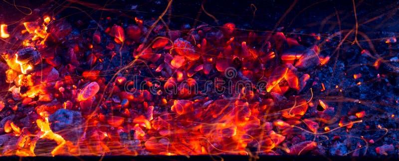 Brandende houtskool als achtergrond royalty-vrije stock afbeelding