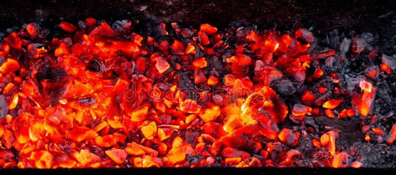 Brandende houtskool als achtergrond stock afbeeldingen