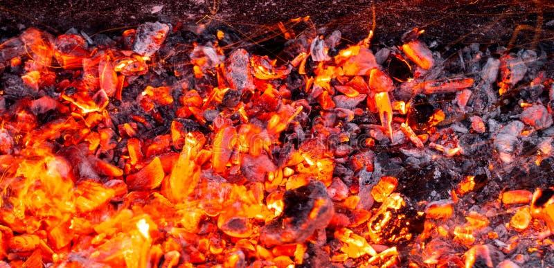 Brandende houtskool als achtergrond royalty-vrije stock afbeeldingen