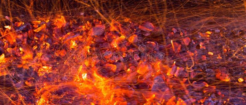 Brandende houtskool als achtergrond stock fotografie