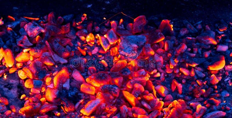 Brandende houtskool als achtergrond stock foto's