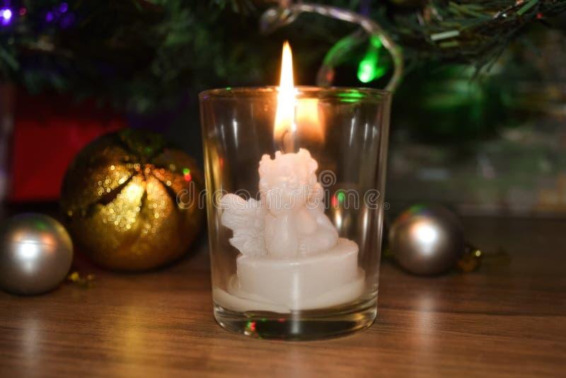 Brandende kaars in de vorm van een engel stock fotografie
