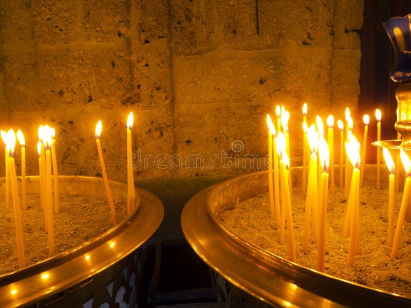 Brandende Kaarsen binnen Gestenigde Kapel stock fotografie