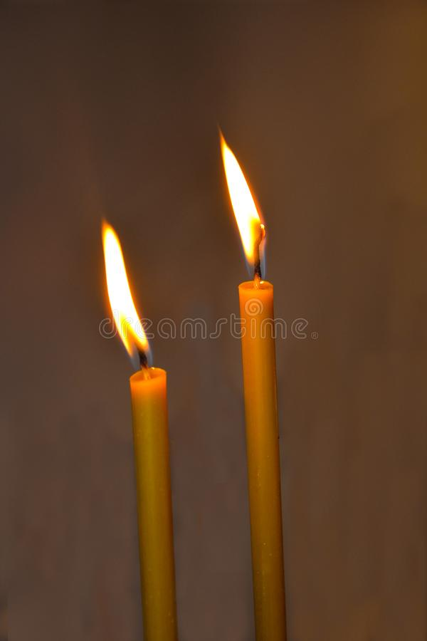 Brandende kaarsen in dark stock fotografie
