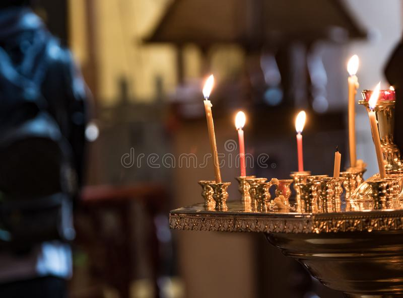 Brandende kaarsen in de dienst in de kerk stock foto