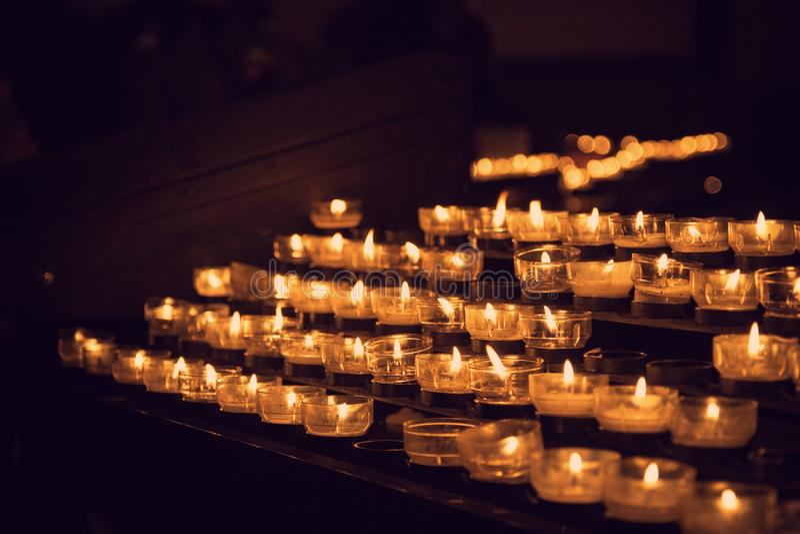 Brandende kaarsen, in de Katholieke Kerk stock afbeelding