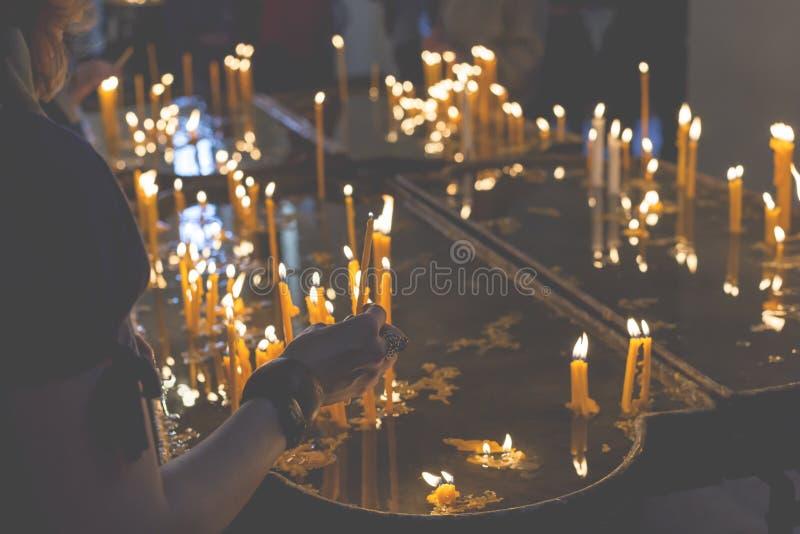 Brandende kaarsen in een kerk op een donkere achtergrond royalty-vrije stock fotografie