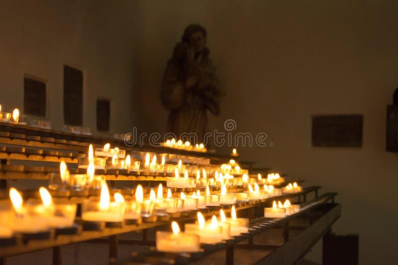Brandende kaarsen in een klooster, Dietramszell-stad, Beieren, Duitsland stock afbeelding