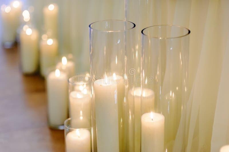 Brandende kaarsen in glasvazen, onduidelijk beeldachtergrond, selectieve nadruk royalty-vrije stock foto's