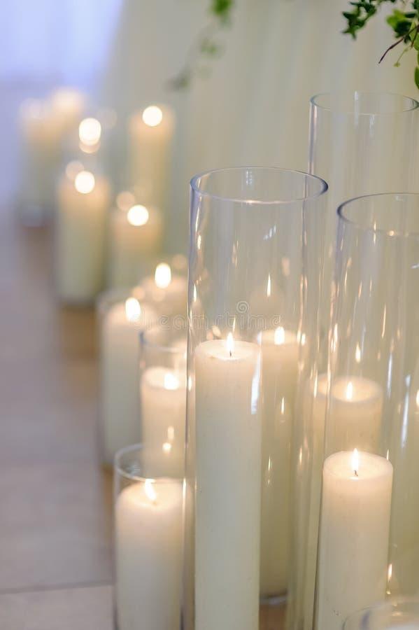 Brandende kaarsen in glasvazen, onduidelijk beeldachtergrond, selectieve nadruk royalty-vrije stock afbeelding