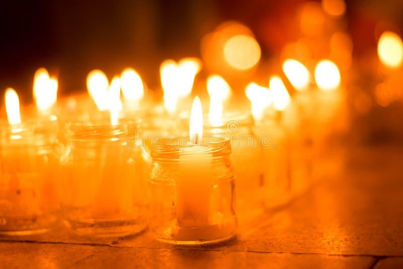 Brandende kaarsen in kruiken op een vakantie met mensen en kinderen de herdenkingsgebeurtenis van de huwelijksdag stock fotografie