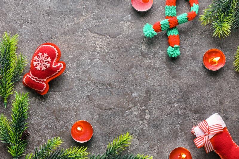 Brandende kaarsen met Kerstmisdecoratie op grijze achtergrond stock foto