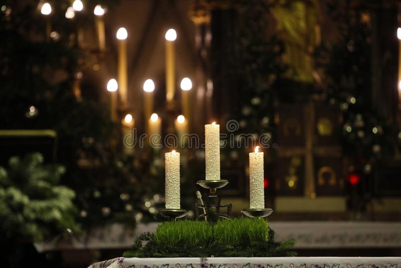 Brandende kaarsen op altaar royalty-vrije stock afbeeldingen
