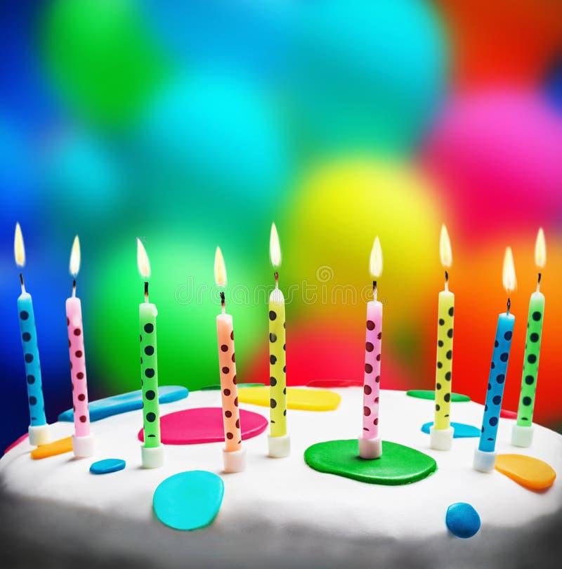 Brandende kaarsen op een verjaardagscake royalty-vrije stock afbeelding