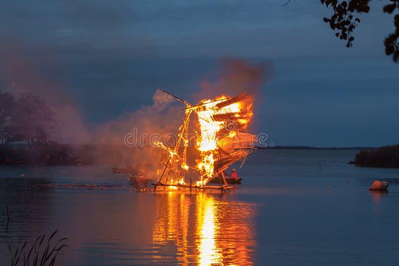 Brandende rietbeeldhouwwerken in Baltisch Gebied bij heidens festival stock fotografie