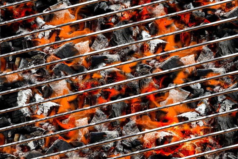 Brandende steenkolen in barbecue stock fotografie