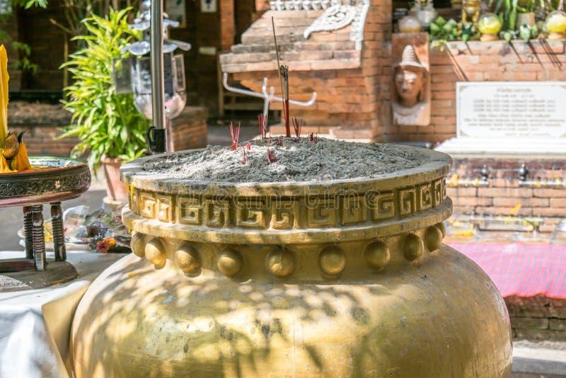 Brandende stokkenjoss in pot royalty-vrije stock afbeelding