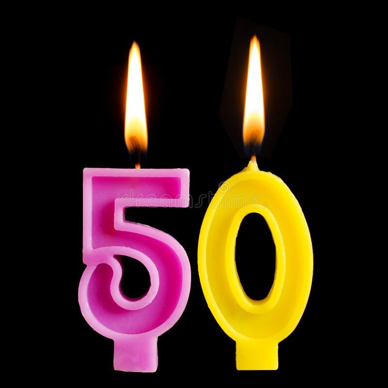 Brandende verjaardagskaars in de vorm van 50 vijftig die cijfers voor cake op zwarte achtergrond worden geïsoleerd Het concept he stock foto's