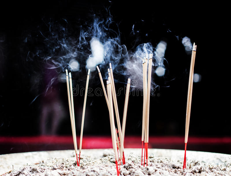 Brandende Wierookstok met Rook stock afbeeldingen
