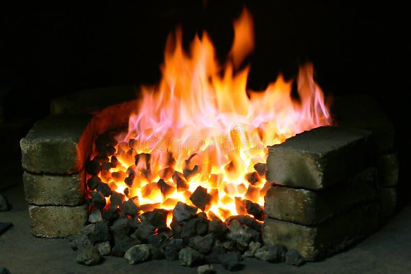 Brandende zwarte steenkool stock foto's