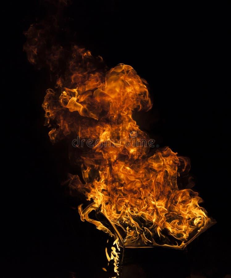 Brandflamma på svart bakgrund royaltyfri fotografi