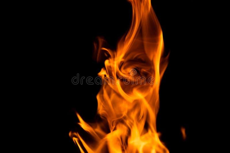Brandflamma som isoleras p? svart bakgrund arkivbild