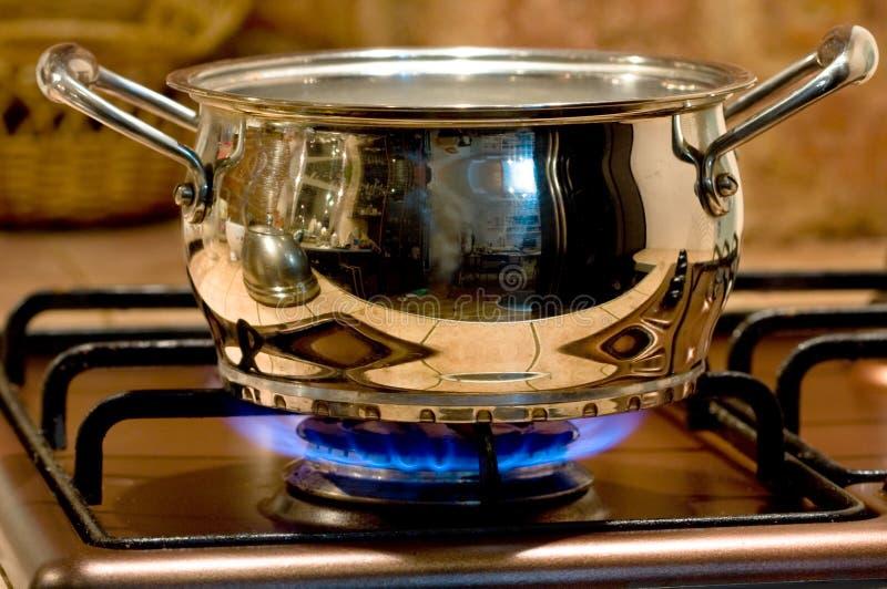 brandgas värmer upp metallpannan royaltyfri fotografi