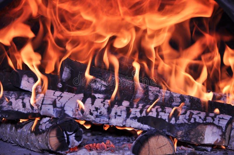 Brandhout in de brand wordt gebrand die stock fotografie