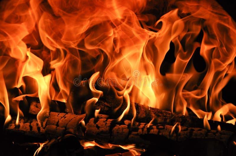 Brandhout in de brand wordt gebrand die royalty-vrije stock fotografie