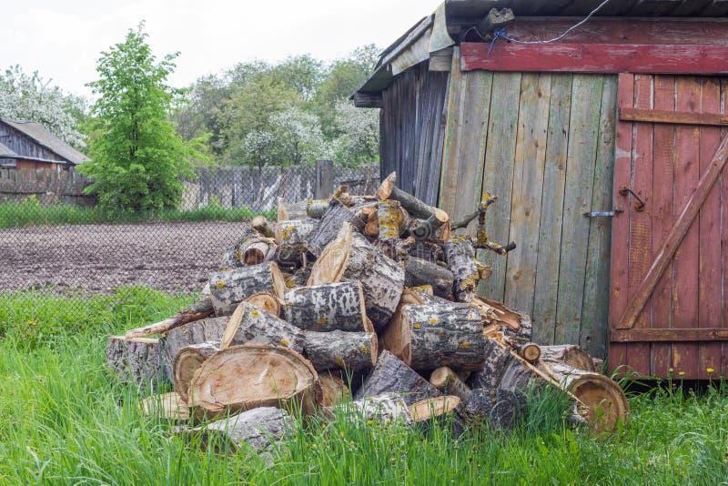 Brandhout in de werf royalty-vrije stock fotografie